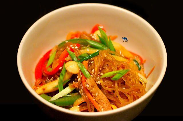 Allez aujourd'hui on vous propose un Japchae. Ce sont des vermicelles sautées aux légumes et viande à la coréenne.  On vous raconte d'ailleurs le contexte dans lequel nous avons découvert ce plat :  C'est par là :   http://www.lechameaubleu.com/2015/12/japchae-vermicelles-sautees-la-coreenne.html  #Japchae #corée #coreen #cuisine #recette #recipe #foodporn #vermicelle #patate #douce #gochujang #atelier #battle #poivron #oignon #champignon #sesame #delicieux #miam #yummy #tasty #homemade