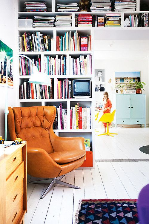 the reading corner wears happy colors (via Homelife / ph. Jenny...