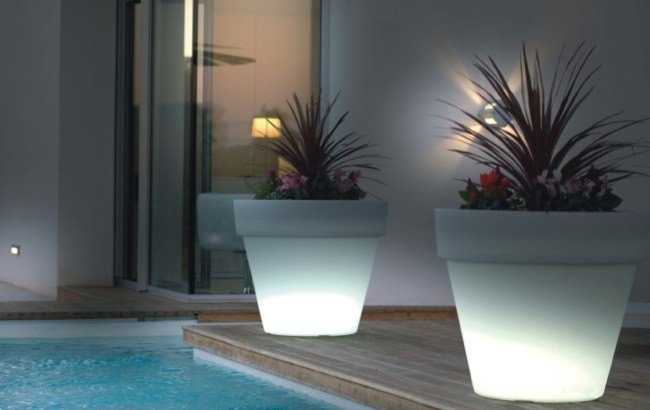 Plantas_para_terrazas_consejos_decoracion_3: Lighting Idea, Gardens Pot, Flower Pot, Modern Lighting, Outdoor Patio, Gardens Decoration, Outdoor Gardens, Outdoor Flower, Outdoor Design
