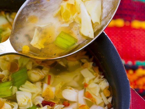 Kohlsuppe aus Bulgarien ist ein Rezept mit frischen Zutaten aus der Kategorie Gemüsesuppe. Probieren Sie dieses und weitere Rezepte von EAT SMARTER!                                                                                                                                                                                 Mehr