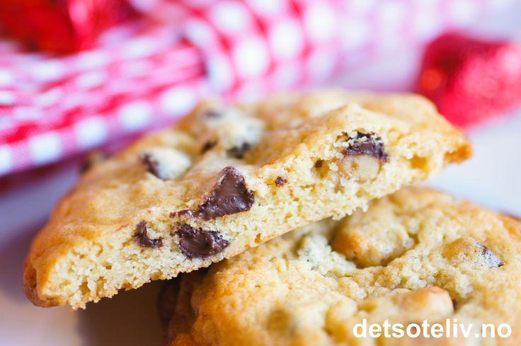 Deilig cookies hører julen til! En nydelig avveksling til de norske julesmåkakene. Denne oppskrifteninneholder chocolate chips og valnøtter og gir cookies med en myke og chewy kjerne.