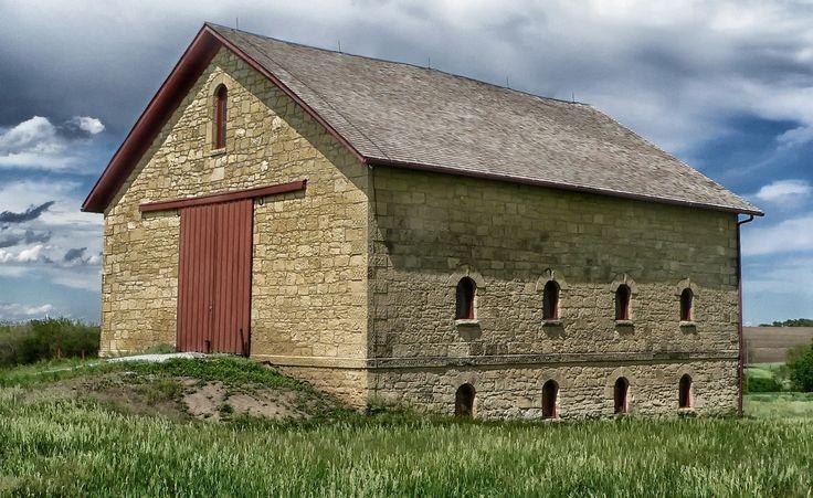 Celeiro de pedras Elijah Filley, em Filley, Nebraska, USA. Em 1867 Elijah Filley e sua família foram para o condado de Gage onde estabeleceram a Cottage Hill Farm. A família morou em uma barraca até completarem sua casa de 7 cômodos, uma moradia de pedra calcária, em 1868. O celeiro foi construído com o mesmo material, e concluído em 1874. Em 11/04/1977, foi listado no Registro Nacional de Lugares Históricos.  Fotografia: tpsdave…