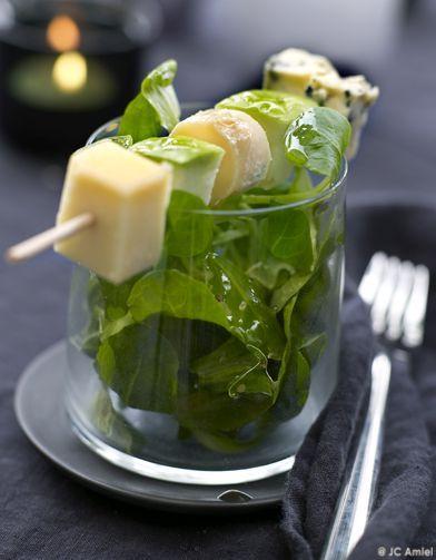 Recette Brochettes de fromage et mâche : Coupez gruyère et stilton en dés de 2,5 cm x 2,5 cm. Découpez dans les pommes des carrés de même taille. Arrosez ...