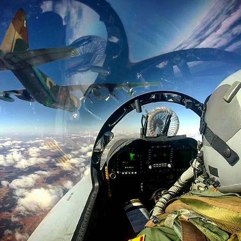 Repostaje aéreo ✈⛽✈ Foto de @juliansupertramp7  Reabastecimiento en vuelo de un EF-18M Hornet del Ala 15 a través de la cesta de un KC-130 Hércules del Ala 31, de la que recibe en torno a 2.000 litros de combustible por minuto.  #F18 #Hornet #Ala15 #ejercitodelaire #spanishairforce #ejercitoespañol #spanisharmy #airforce #avgeek #avporn #fighterjet #fighterpilot #C130 #KC130 #Hercules #Ala31 #airrefueling