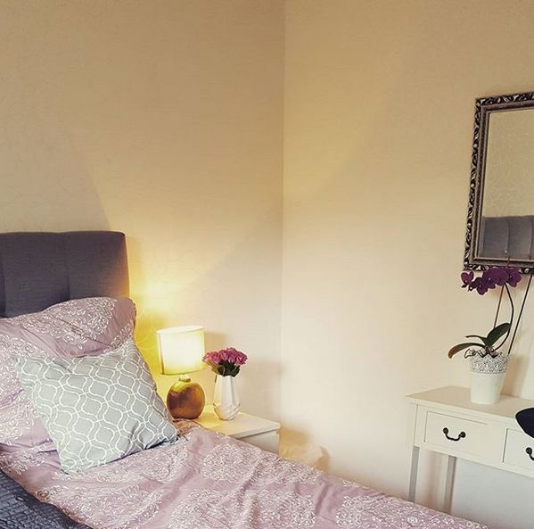 Interior / Wohnen: Schlafzimmer / Bedroom mit grauen Boxspringbett | Westwing Bettwäsche | Sekretär | Spiegel / Mirror | grau rosa