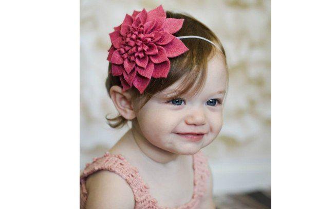 Uma flor maior é opção para enfeitar a cabeça da criança. De Etsy. Foto: Pinterest/Shirryl Altmaier