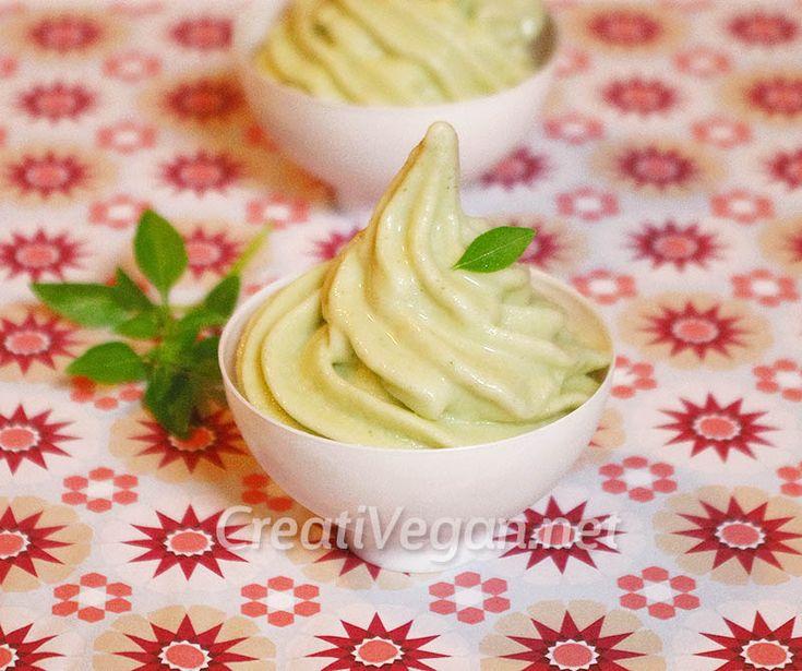 Una receta muy fácil para hacer crema de helado vegana de pepino y albahaca casi instantáneo. Con pepinos congelados y albahaca fresca para un postre o tentempié muy refrescante, fácil y barato.