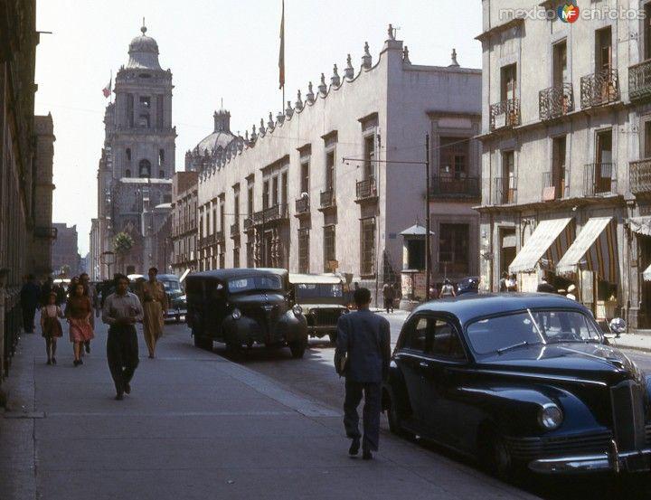 Centro Histórico de la Ciudad de México: Calle Moneda. Hay que notar los automóviles y la ropa de la gente. Foto tomada en 1947.