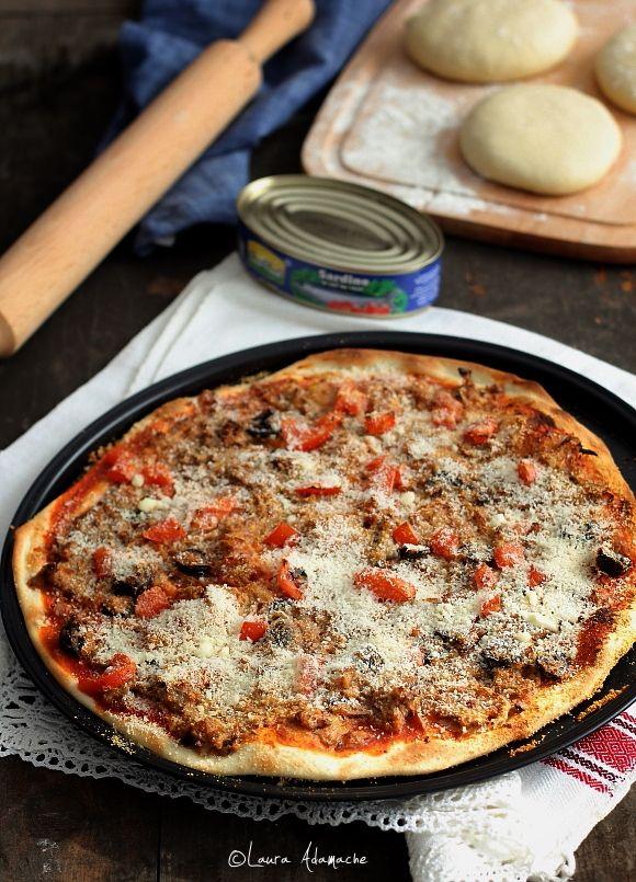 Reteta italiana de pizza crocanta fara drojdie. Pizza crocanta rapida fara drojdie reteta. Topping pe baza de peste pentru pizza. Aluat crocant pizza.