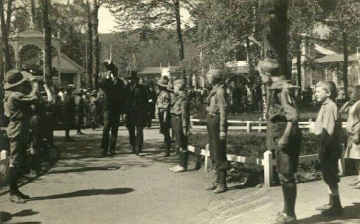 Buskerud fylke Drammen  Parken. Speidere oppstilt. Kongebesøk? Foto Borgen. Tidlig 1900-tall