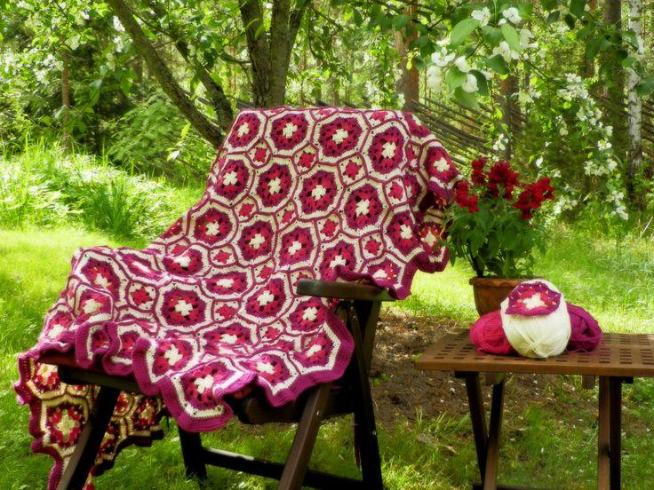 Blanket crochted of Granny eight-squares, 2015. http://taidepiika-neuleet.blogspot.fi/2015/06/virkattu-peitto-kesailtaan.html