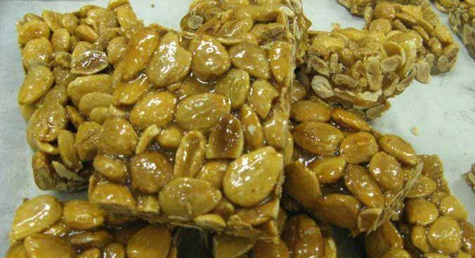 Cupeta:un goloso croccante di mandorle, di origine araba, che è possibile trovare praticamente ad ogni festa nei vari centri salentini affiancata, sulle bancarelle, da frutta secca, caramelle e tanto altro, oppure nelle migliori pasticcerie.