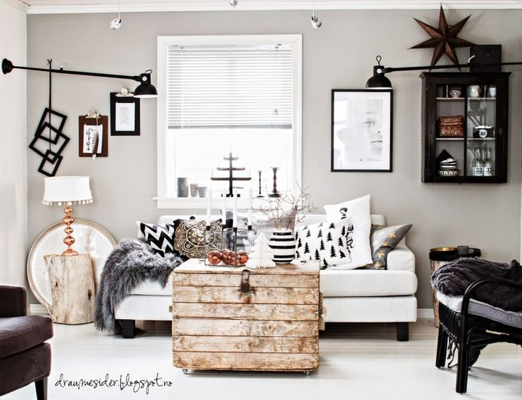 Aranżacja salonu w bieli i czerni, którą wzbogacono świątecznymi dodatkami. Rustykalny klimat podkreślają proste meble...