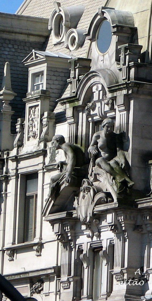 Pormenor de fachada em plena Avenida dos Aliados, Porto - Detail of the façade of a building in the Aliados avenue, Oporto