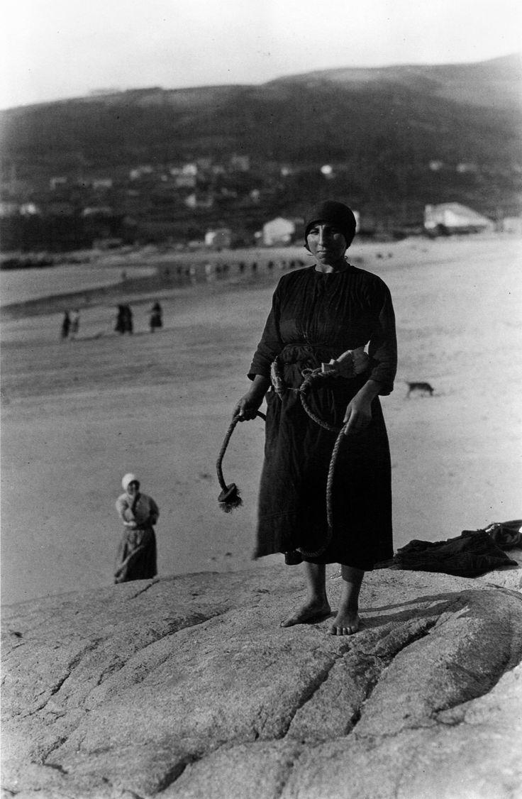 Muller co cinto de lona para cobra-lo cabo da rede. Ézaro, A Coruña, 1924.
