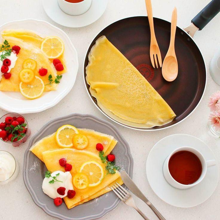 #クレープ を焼きました なぜなら2月2日は#フレンチクレープデー なんだそうで 春の訪れを祝うフランスの習慣をまねっこです  クレープのトッピングは何がお好きですか 私はレモンと粉糖をベースに生クリームとラズベリーをプラスしてみました メープルシロップも美味しいですよね  そして今日は#ティファール の#クレープパン で焼いたのです 油とか塗らずにただ生地を流して焼いただけなのにお店みたいな焼き上がりに大満足なのでした  #ガレット も焼きたいなぁそば粉買ってこなきゃ