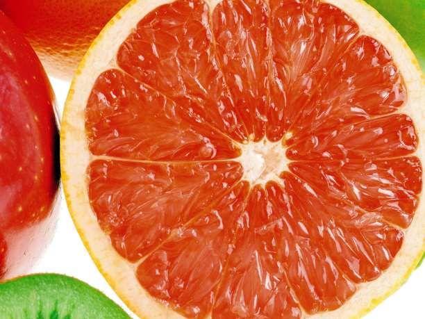 Ελιξίριο υγείας και ομορφιάς από γκρέιπφρουτ και μέλι που καίει το λίπος Το γκρέιπφρουτ είναι γνωστό για τις αντιοξειδωτικές και αντιβακτηριακές του ιδιότητες. Είναι πλούσιο σε βιταμίνη C, αλλά περιέχει επίσης βιταμίνες Α, Β, D και Ε, καθώς και ασβέστιο, μαγνήσιο, μαγγάνιο, φώσφορο, ψευδάργυρο, σίδηρο και χαλκό. Ελιξίριο ομορφιάς και υγείας Συστατικά: • ένα μεγάλο …