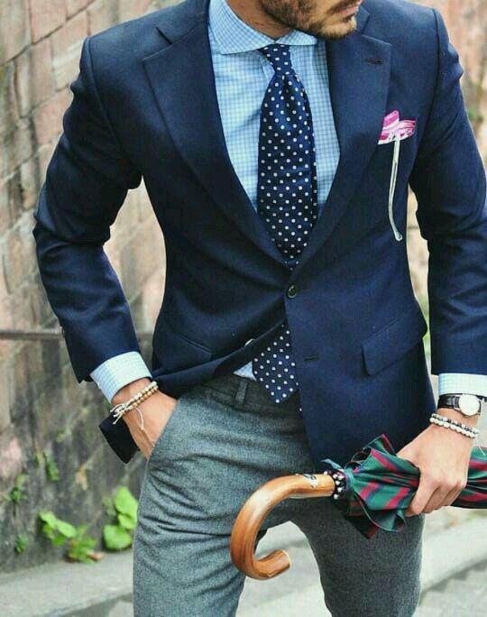 Hombres con saco azul y corbata de traje