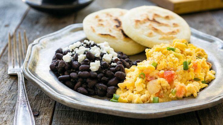 Perico, frijoles negros, queso blanco rallado y arepas es el desayuno venezolano…