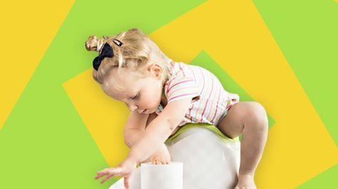 Ein Mädchen sitzt auf einem Töpfchen und rollt Klopapier von einer Rolle ab.