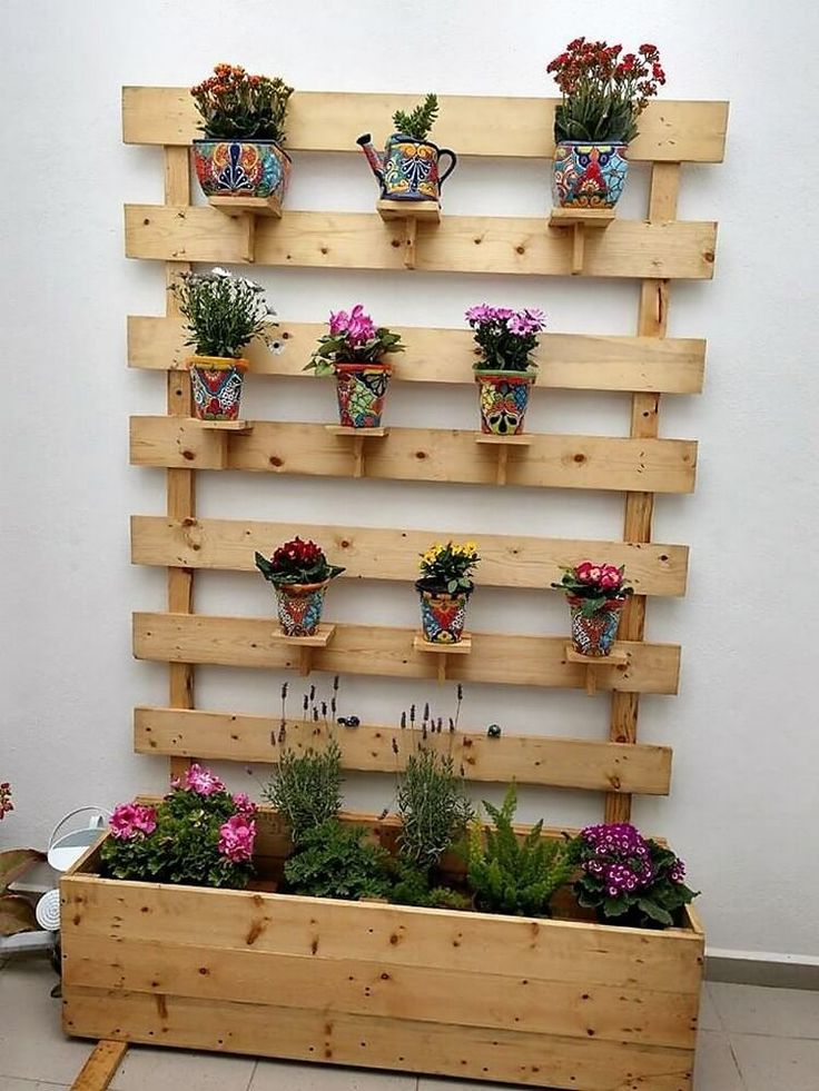 Just give your house a fantastic outlook with the custom designing of the wood pallet planter project. You just need to add upon the wood pallet plank stacking over the floor area with the impression of rustic brown flavor of color taste.
