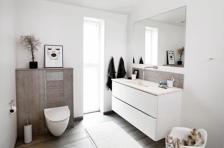Den skandinaviske stil er gennemgående på badeværelset med rene naturmaterialer parret med skind og planter. Her er tilbehøret altafgørende.