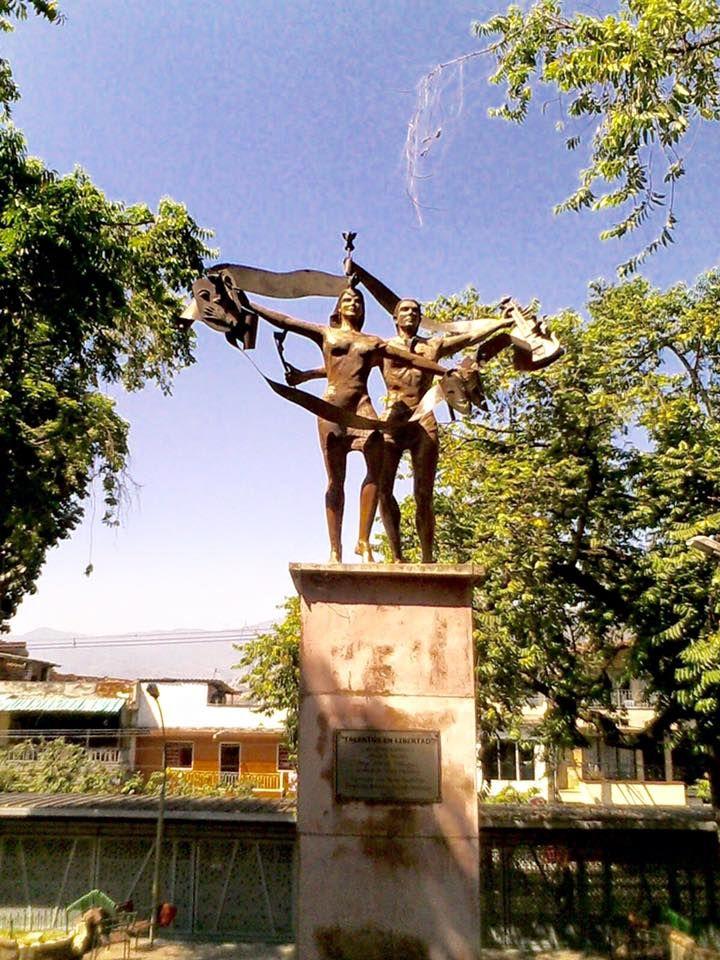 """""""Talentos en Libertad"""". Escultura alegórica, obra de la maestra Luz Maria Piedrahita. Parque del barrio Aranjuéz. Medellín"""