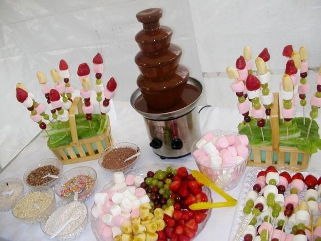 Brochetas de frutas cascadas de for Decoracion de frutas para fiestas infantiles