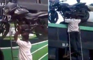 Increíble video: indio sube moto altecho de un bus utilizando sólo su cabeza   Cultura India