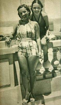 onde se vê ousados duas peças, mas nas praias ainda frequentavam comportados maiôs de pano ou malha, como os das irmãs Aurora e Carmen Miranda na clássica foto na sacada do Copacabana Palace. anos 40