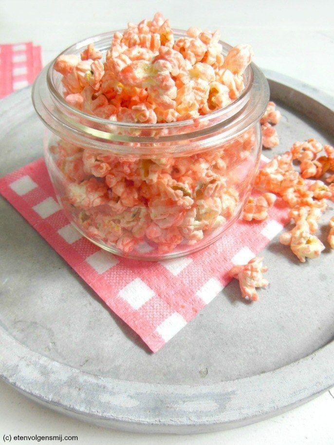 Popcorn maken is al leuk, laat staan pink popcorn! Recept op www.etenvolgensmij.com popcorn+roze+pinkpopcorn