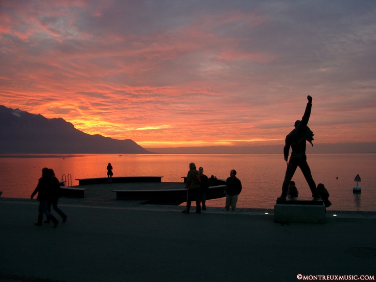 Sunset in Montreux Riviera, in front of Freddie Mercury  © MontreuxMusic.com