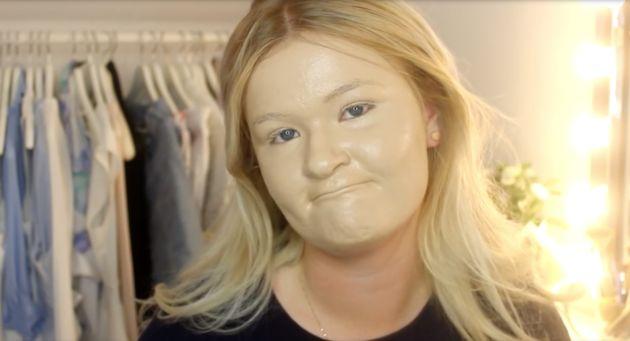 100 Schichten von Gesichtsmaske Sieht Lächerlich schmerzhaft zu entfernen - http://berlinmoda.com/schonheit/100-schichten-von-gesichtsmaske-sieht-lacherlich-schmerzhaft-zu-entfernen/