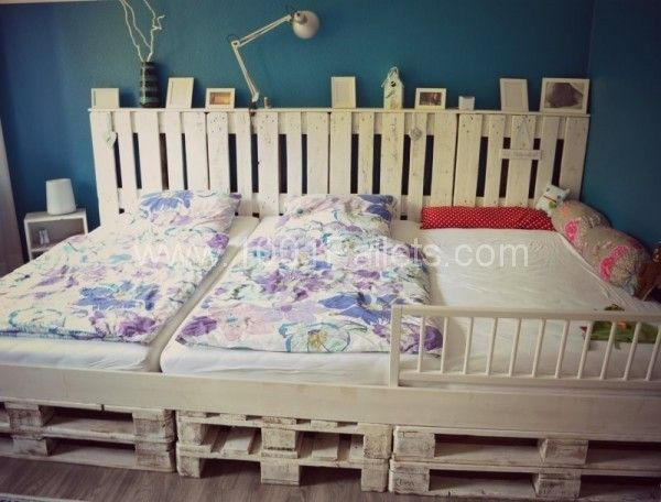 Palettenbett5 600x456 DIY: Family bed made of euro pallets in pallet bedroom ideas  with Pallets DIY Bed