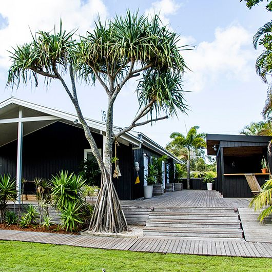 black exterior. the albatross inn at byron bay / sfgirlbybay