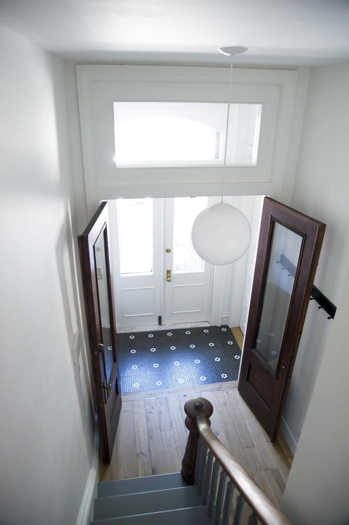 Elizabeth Roberts, entry hall of Fort Greene townhouse, blue and white tile, Remodelista