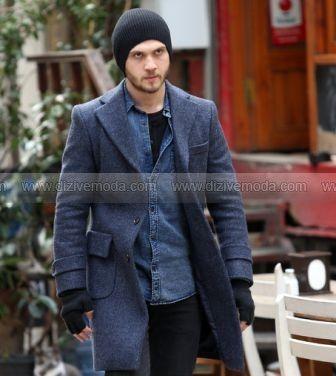 İçerde 16. bölüm kıyafetleri Mert gri palto,jean gömlek, bere, eldiven ,siyah pantolon ve siyah tişört –