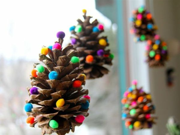 weihnachtsbasteln mit kindern tannenzapfen bunte filzkugeln