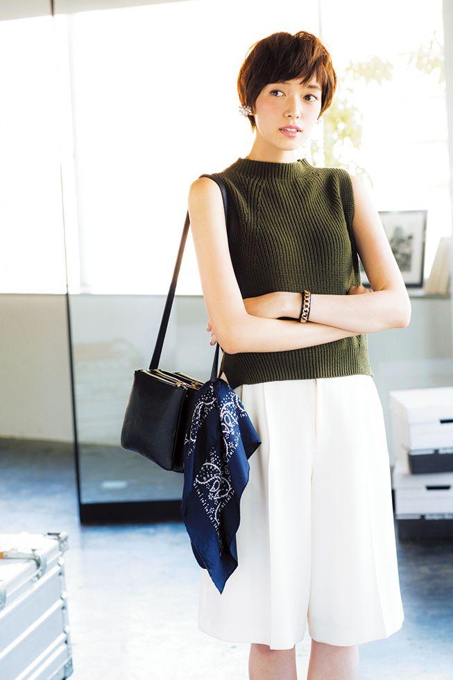 カーキx白ガウチョ 晩夏のきれいめコーデ♡ ボトルネックノースリーブを使った春夏ファッションコーデ。