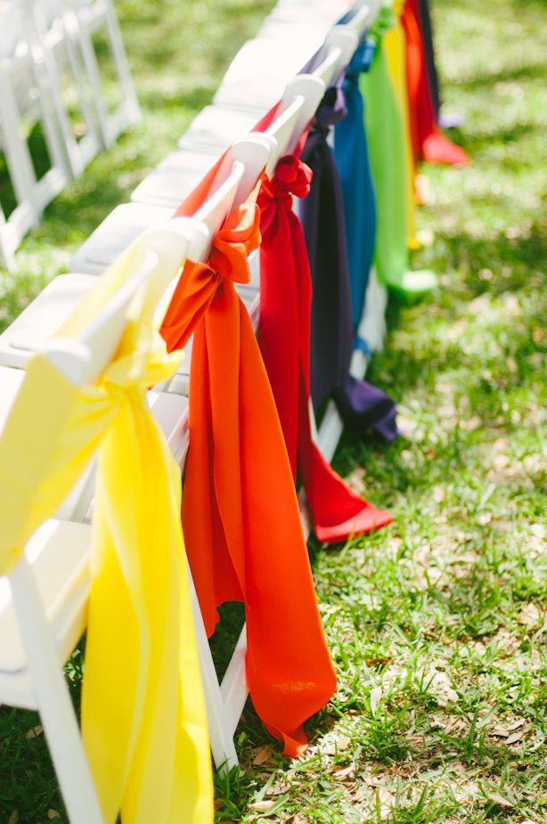Deco de chaises de mariage couleurs arc en ciel.