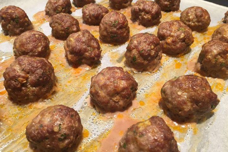 Masové kuličky – pro mnoho využití Ingredients      1 kg mletého masa (my máme 75% hovězí, 25% vepřové)     1 větší cibule nasekané na malinké kousky     4 stroužky česneku nasekané na malinké kousky     2 lžičky mleté papriky     1 vejce     velká hrst nasekané petrželky     hrst čerstvého tymiánu (malá lžička sušeného)     sůl, pepř dle chuti