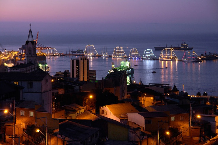 Valparaíso de noche, Chile. #Valparaiso #Chile #ThisisChile #Puerto #Bahía #Turismo