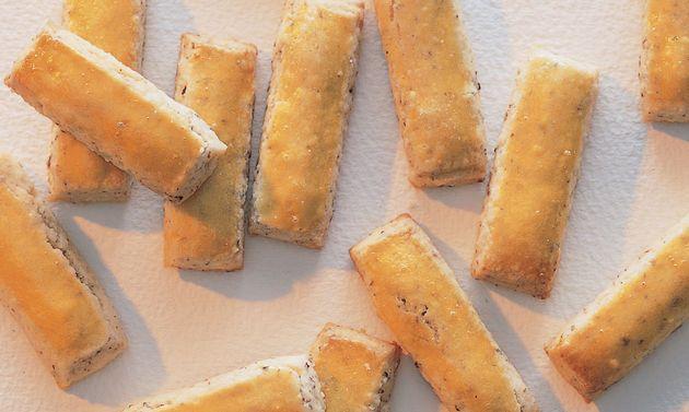 Nussstängeli-Guetzli: Butter rühren, bis sich Spitzchen bilden. Zucker, Salz und Eier zugeben, rühren, bis die Masse hell ist. Haselnüsse und Mehl mischen, ...