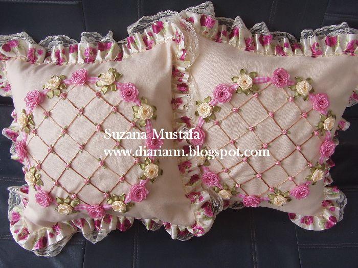 Sarung Kusyen Sulaman Reben yang paling banyak dapat permintaan. Mungkin sebab sulaman reben bunga kecil, paten yang simple dan renda yang m...