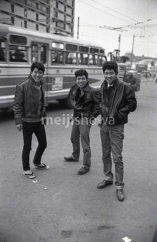 昭和35年(1960)東京の若者たち。はやりの髪型に革ジャン・ジーンズできめている。