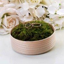 Eine schöne Alternative, um Eure Eheringe bei der Trauung zu dekorieren. Diese kleine Holzbox ist gefüllt mit Moos und einer kleinen Kordel.