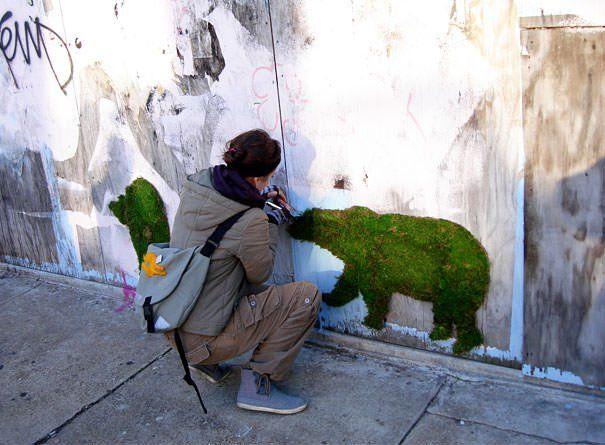 Des artistes ont découvert une nouvelle dimension au street-art, qui n'est pas seulement belle à regarder mais qui est aussi agréable au toucher. Le graffiti végétal est 1...