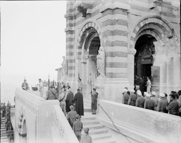 Libération de Marseille, le 28 août 1944, une messe est célébrée à Notre-Dame de la Garde, en présence des porte-drapeaux de la 3e DIA (Division d'Infanterie Algérienne).
