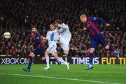 Jeremy Mathieu de Barcelona (R) anota su primer gol con un cabezazo durante el partido de Liga entre el FC Barcelona y el Real Madrid CF en el Camp Nou el 22 de marzo de 2015, de Barcelona, España.