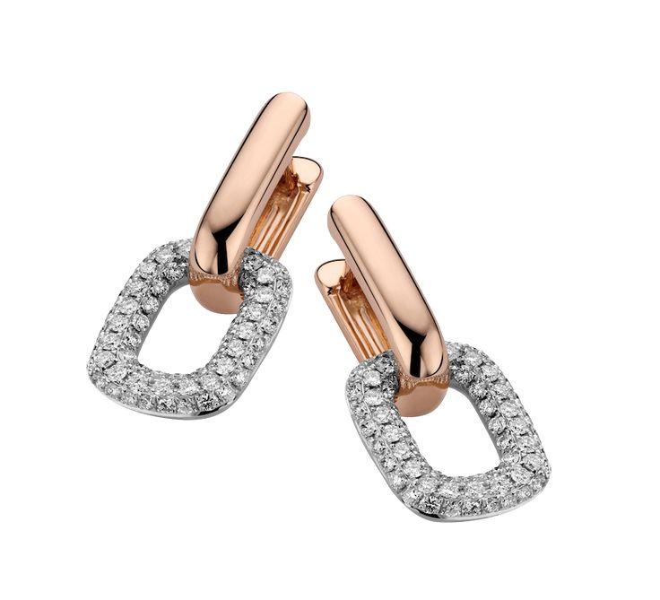 Эксклюзивное украшение, которое станет фаворитом в вашей коллекции аксессуаров. Серьги из золота с бриллиантами — украшение, которое подчеркнет ваш роскошный образ. Престижно, красиво, дорого. Купить золотые серьги с бриллиантами — позволить себе маленькую роскошь.